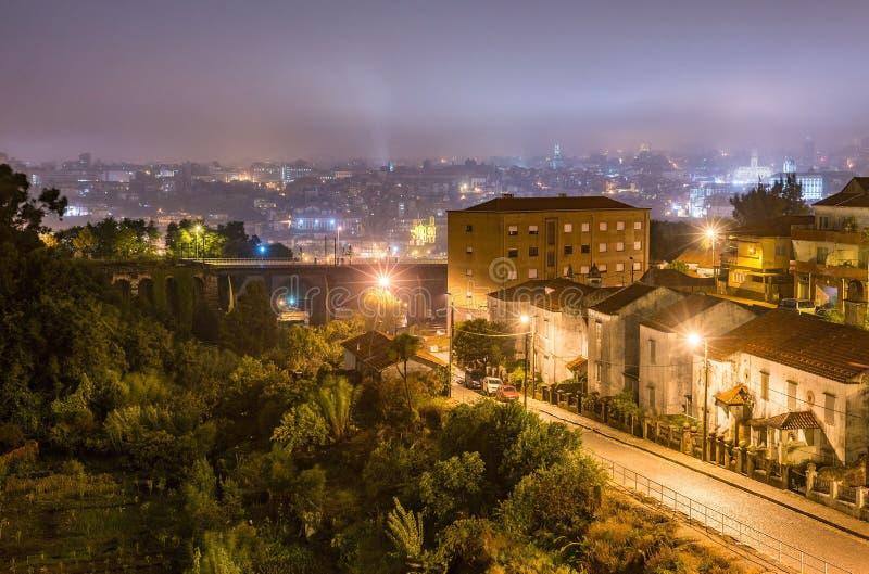 Porto het viaductcityscape van de stadsvoorstad gebouwen in nacht stock afbeeldingen