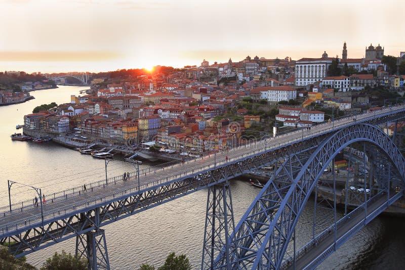 Porto horizon en Douro-Rivier bij zonsondergang met Dom Luis I Brug op de voorgrond royalty-vrije stock fotografie