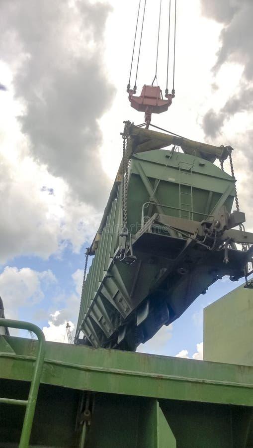 Porto industrial A rotação do carro com grão usando um guindaste de torre fotos de stock royalty free