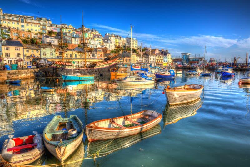 Porto inglês BRITÂNICO de Brixham Inglaterra dos barcos de Devon com o céu azul brilhante fotografia de stock