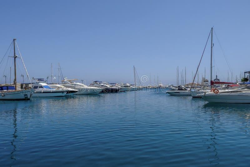Porto, Limassol, Chipre - 14 de junho de 2018: Os barcos de motor, os cruzadores e os yatchs luxuosos alinharam no porto foto de stock royalty free