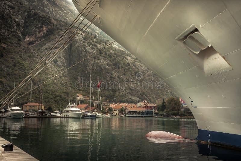 Porto marítimo marinho com a embarcação náutica amarrada do cruzeiro na baía medieval de Kotor em Montenegro no dia chuvoso nubla fotografia de stock royalty free