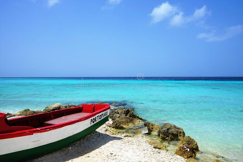 Porto Mari strand, Curacao/Nederländerna Antillerna - mars 18 2019: Fartyg på stranden framme av det karibiska havet arkivfoton
