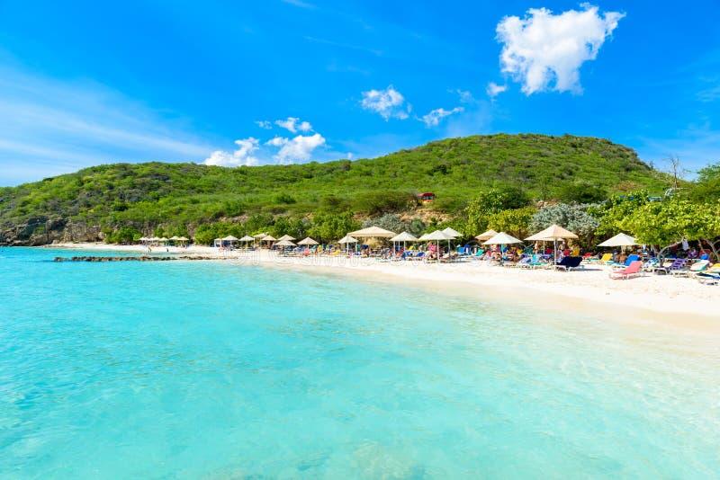 Porto Marie strand - vit sandstrand med blå himmel och kristallklart blått vatten i Curacao, Nederländerna Antillerna, ett karibi royaltyfria foton