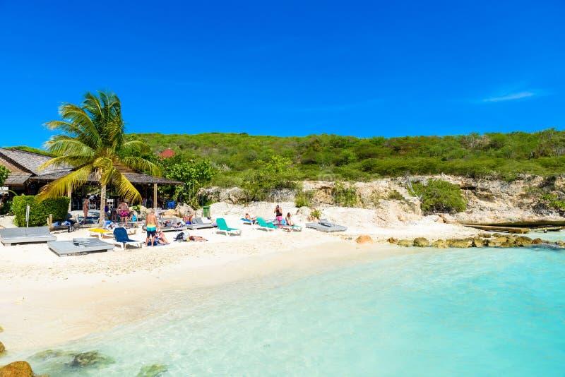 Porto Marie strand - vit sandstrand med bl? himmel och kristallklart bl?tt vatten i Curacao, Nederl?nderna Antillerna, ett karibi arkivfoto