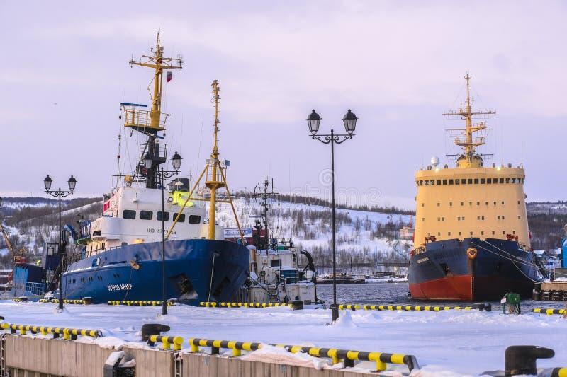 Porto marittimo non congelato nella città di Murmansk in inverno fotografia stock