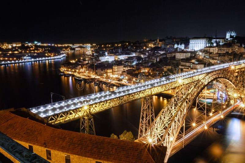 Porto met Dom Luis I brug in de nacht wordt verlicht die stock afbeelding
