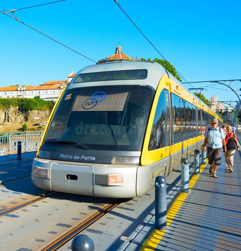 Porto Metro trein op brug stock fotografie