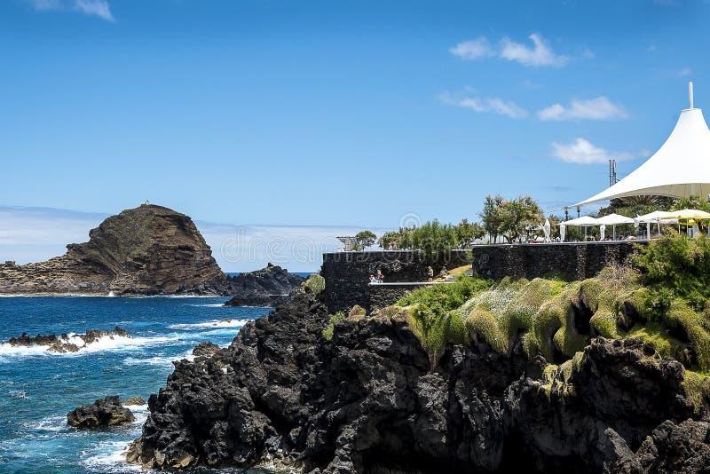 Porto Moniz na Północno Zachodni wybrzeżu dokąd góry w północy wyspa madera spotykają Atlantyckiego ocean zdjęcia royalty free