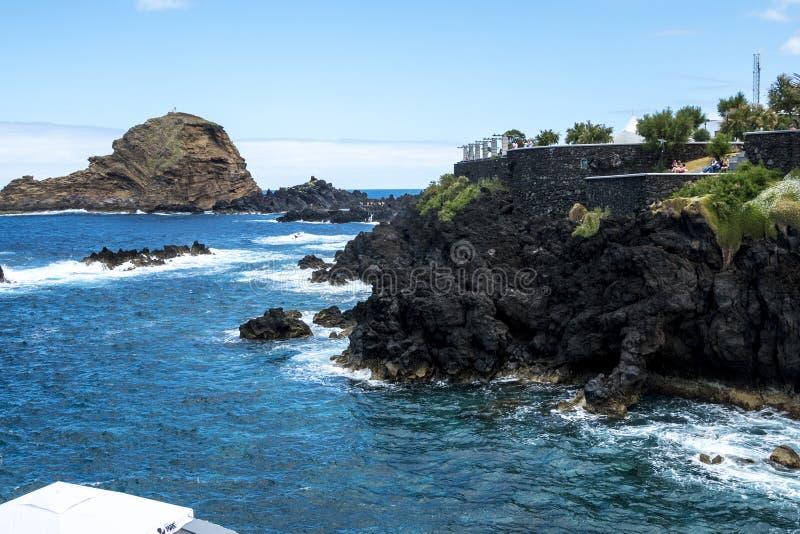 Porto Moniz na Północno Zachodni wybrzeżu dokąd góry w północy wyspa madera spotykają Atlantyckiego ocean obraz royalty free
