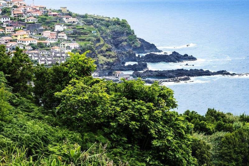 Porto Moniz op de Noordwestenkust waar de Bergen in het noorden van het Eiland Madera de Atlantische Oceaan ontmoeten royalty-vrije stock foto's