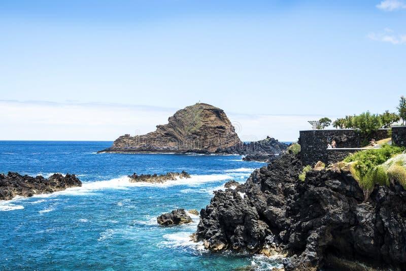 Porto Moniz op de Noordwestenkust waar de Bergen in het noorden van het Eiland Madera de Atlantische Oceaan ontmoeten royalty-vrije stock afbeelding