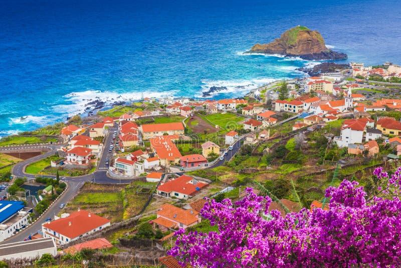 Porto Moniz, pouca vila na ilha de Madeira, Portugal fotografia de stock