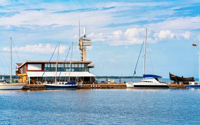Porto na cidade de Nida no cuspe de Curonian no mar Báltico imagem de stock