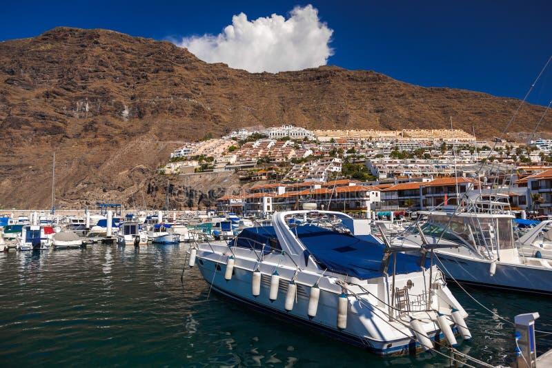 Porto nel Los Gigantes - il canarino di Tenerife immagini stock