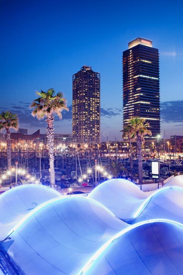 Porto Olimpic na noite em Barcelona fotos de stock royalty free