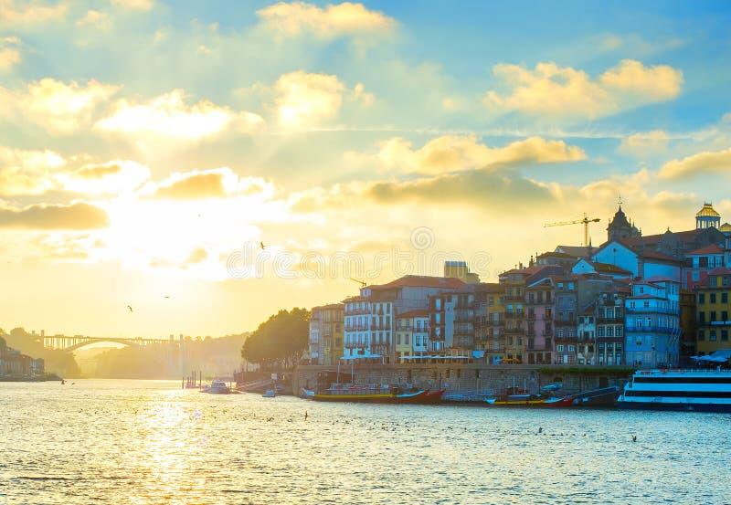 Porto Oude Stadshorizon bij zonsondergang portugal stock afbeelding