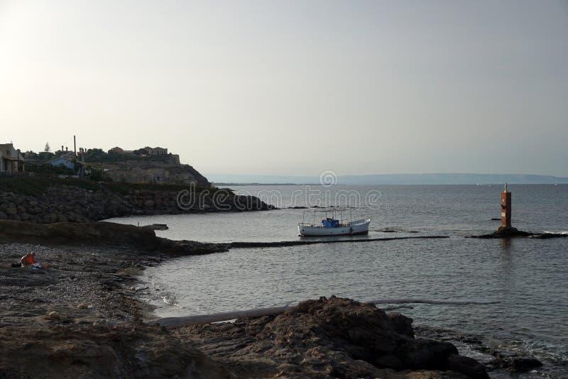 Porto Palo Sicily migranter som landar zon arkivbild
