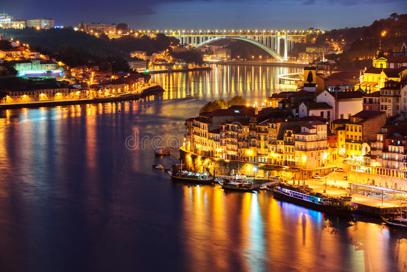 Porto pendant la nuit photo stock