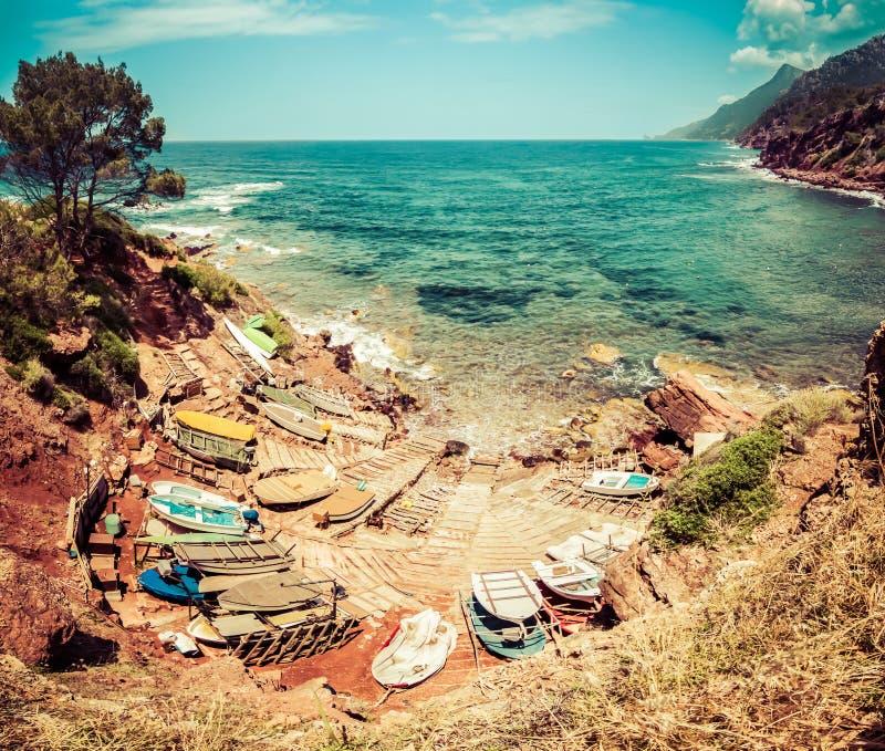 Porto pequeno com barcos de pesca Vista ao mar azul, montanhas imagens de stock royalty free