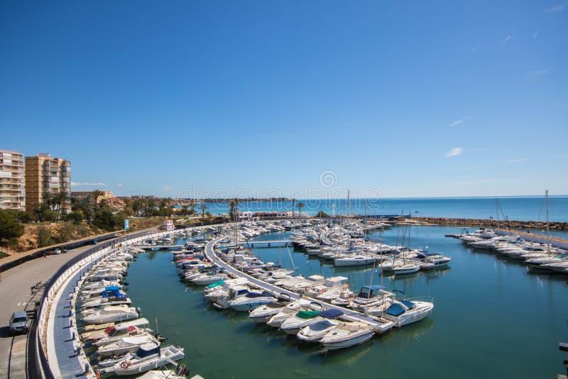 Porto pequeno com iate e barcos de pesca no mar Mediterrâneo em um dia de verão foto de stock