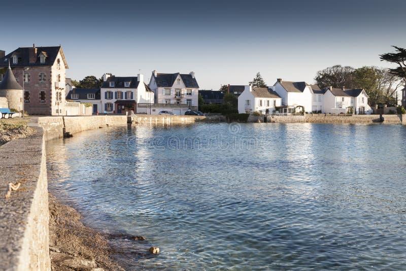 Porto pequeno com a vila bonita no crepúsculo, Moabren, Brittany, foto de stock
