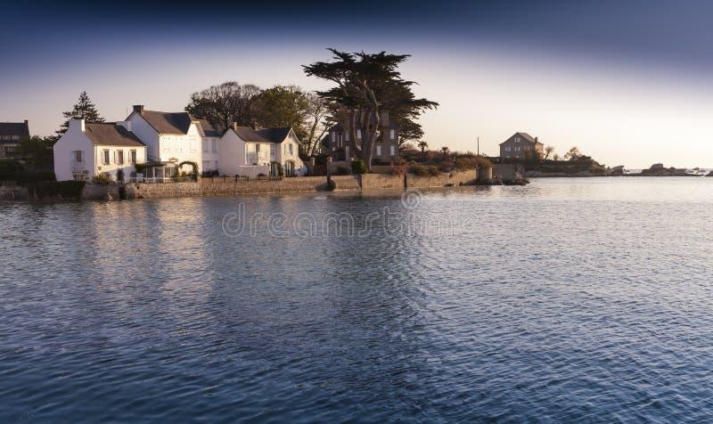 Porto pequeno com a vila bonita no crepúsculo, Moabren, Brittany fotos de stock