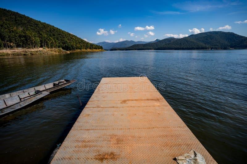 Porto pequeno do metal oxidado no lago foto de stock
