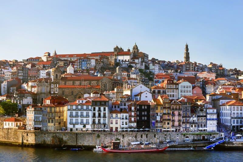 Porto, Portugal – 1º de maio de 2019: Vista panorâmica pitoresca da cidade antiga famosa Porto com as casas e o rio velhos colori imagens de stock