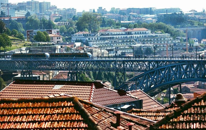 """Porto, Portugal †""""2 Mei, 2019: Mensen die en op de trein bij metropost lopen wachten op het metaal Luis I bridg royalty-vrije stock afbeelding"""