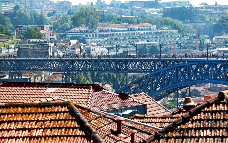 """Porto Portugal †""""Maj 2, 2019: Pittoresk sikt av färgrika gamla hus och den berömda metallLuis I bron i den forntida staden Port royaltyfria bilder"""