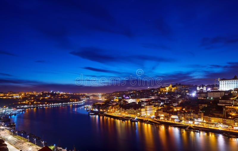 porto portugal Aftonsolnedgångsikt på nattetid royaltyfria foton