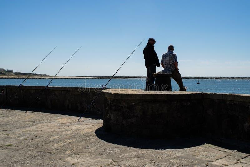 Porto Portugal - April 5, 2017: Fiskare i Foz gör Douro royaltyfri foto