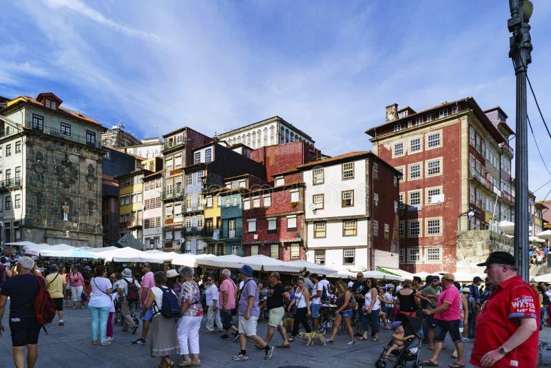 Porto, Portugal 12. August 2017: Details der großen Anzahl von Touristen, die in einem Quadrat nahe bei der Mündung von Th gehen  lizenzfreies stockbild