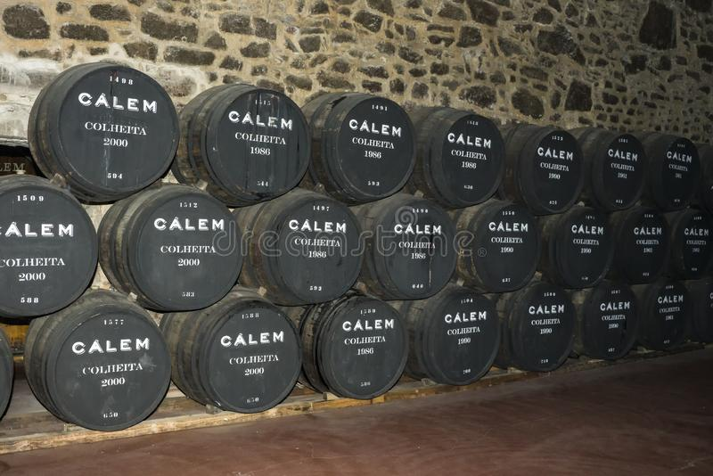 Porto, Portugal, August 21,2018: die Anzahl von Fässern Portwein in den Kellern von Calema Sichtbar auf den Fässern des alternden stockbild
