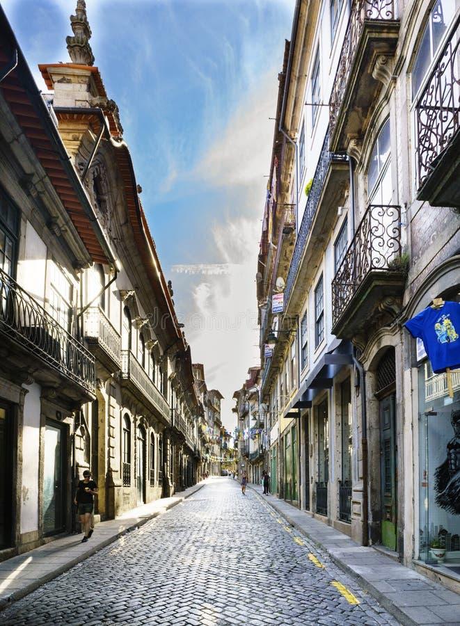 Porto, Portugal 12. August 2017: Einkaufsstraße im centrod e die gepflasterte Kopfsteinstadt mit sehr wenigem Leutegehen und v lizenzfreies stockfoto