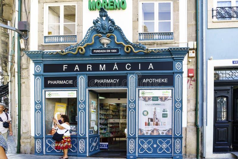 Porto, Portugal 12. August 2017: Schaukasten einer Apotheke mit dem Namen auf portugiesisches, französisch, Englisch und Griechis stockbilder