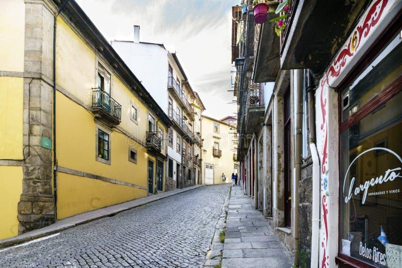 Porto, Portugal 12. August 2017: Straße mit einer starken gepflasterten Kopfsteinsteigung in der Mitte der Stadt genannt stockbild