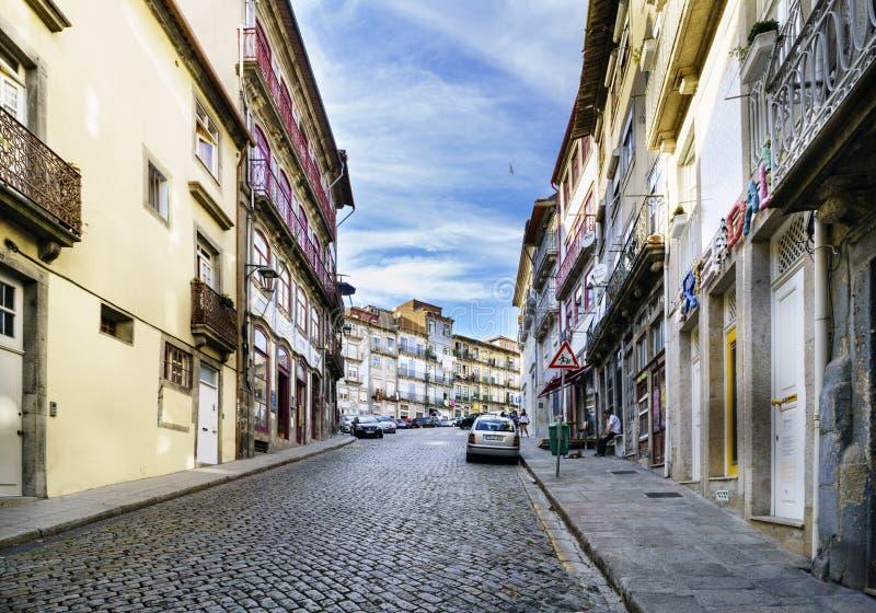 Porto, Portugal 12. August 2017: Straße mit einer starken gepflasterten Kopfsteinsteigung in der Mitte der Stadt genannt stockbilder