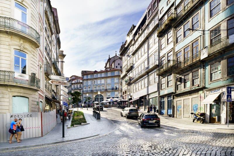 Porto, Portugal 12. August 2017: Zentrale Straße der Stadt weit und cobbled mit Kopfsteinen mit Fassaden des alten Steins bringt  lizenzfreies stockfoto