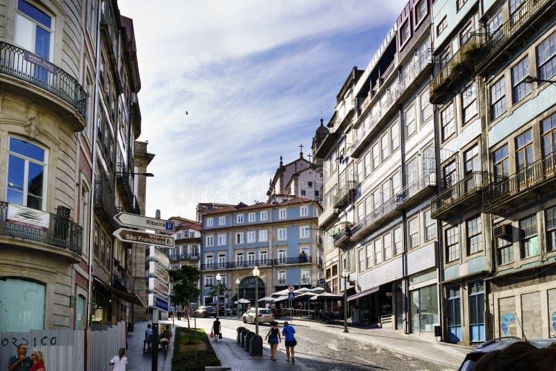 Porto, Portugal 12. August 2017: Zentrale Straße der Stadt weit und cobbled mit Kopfsteinen mit Fassaden des alten Steins bringt  stockfoto
