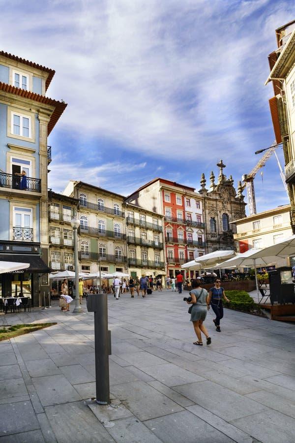 Porto, Portugal 12. August 2017: Zentraler Platz der Stadt mit den gehenden Touristen und des Steinbodens mit vielen Terrassen vo lizenzfreies stockfoto