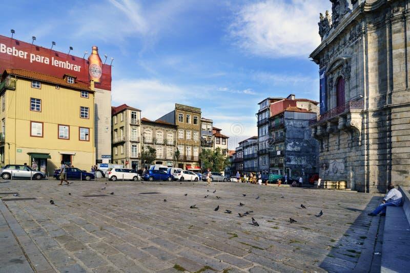 porto portugal Augusti 12, 2017 appellfyrkant av martyr av hemlandet med förberedande stenar för sten och många duvor En husintel arkivfoton