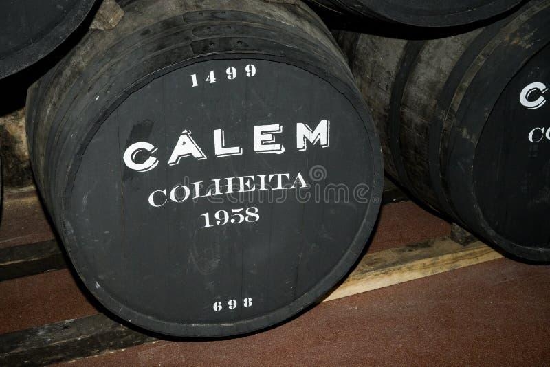 Porto Portugal, Augusti 21,2018: en trumma av portvin i källarna av Calema Synligt på åldras för trumma av vin, 1958 därefter arkivfoto