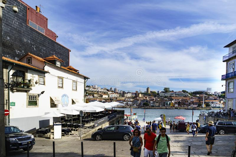 porto portugal Augusti 12, 2017: Gatan kallade de la Alfandega med golvet av att strosa för för stenkvarter och turister Med sikt royaltyfri fotografi