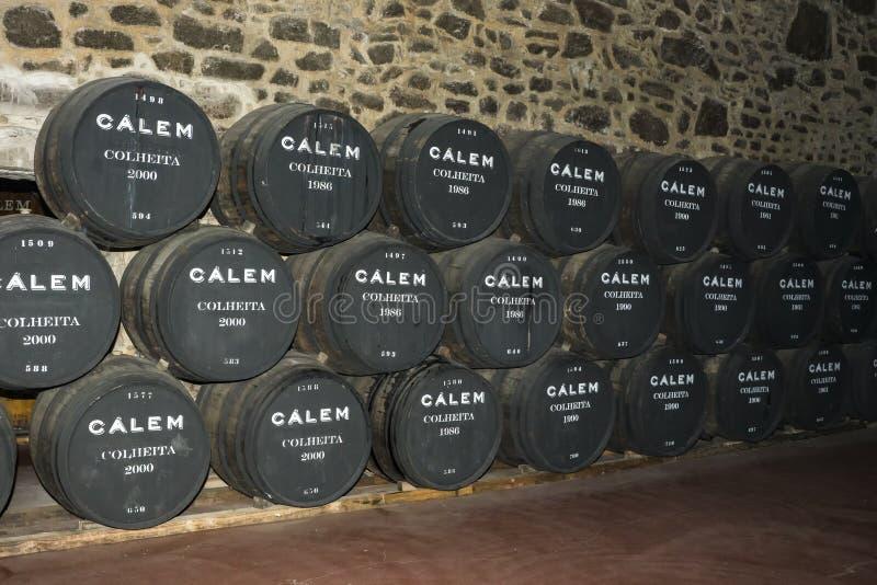 Porto, Portugal, 21,2018 Augustus: het Aantal vaten havenwijn in de kelders van Calema Zichtbaar op de vaten het verouderen van w stock afbeelding