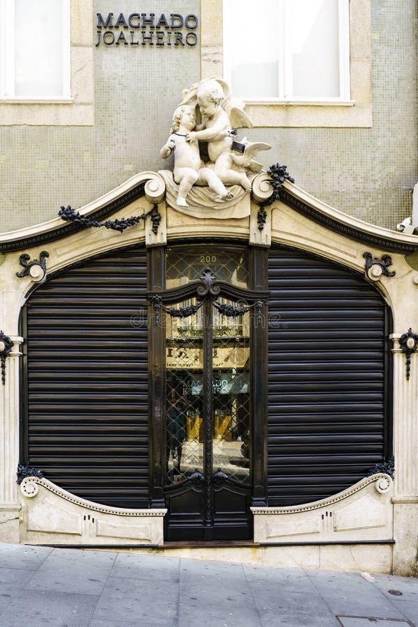 Porto, Portugal 12 augustus, 2017: mooie deur van een juwelenopslag met versieringen van twee engelen op hoogste en houten deur e royalty-vrije stock foto's