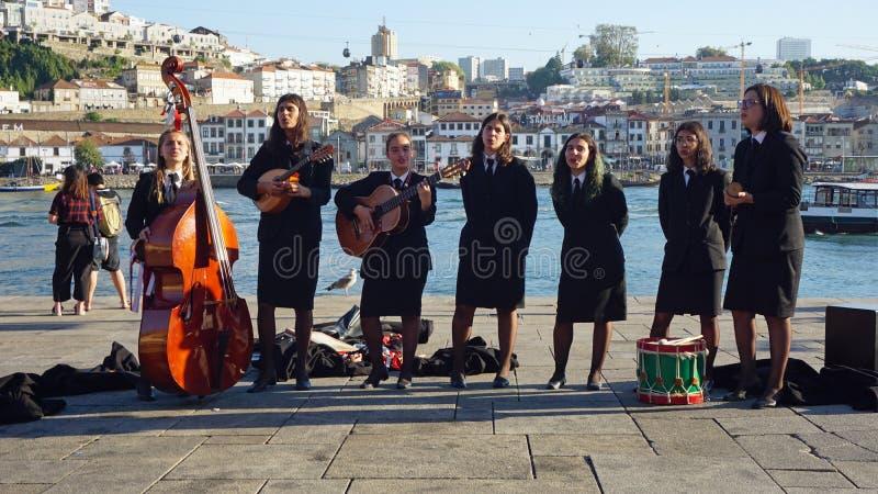 Porto, Portugal - circa Oktober 2018: De jonge Studenten spelen klassieke Portugese muziek royalty-vrije stock foto