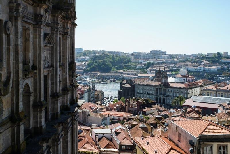 Porto, Portugal - 4 de abril de 2017: Fachada de dos Grilos e a vista de Igreja sobre Porto imagem de stock