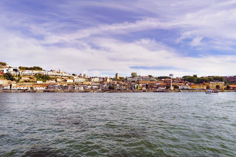 Porto, Portugal 12 de agosto de 2017: vista panorâmica do banco sul do estuário do rio de Douro com as fachadas do tha das adegas imagens de stock royalty free